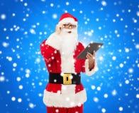 Uomo in costume del Babbo Natale con il pc della compressa Fotografia Stock Libera da Diritti