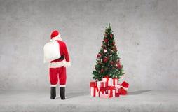 Uomo in costume del Babbo Natale con la borsa Fotografie Stock Libere da Diritti
