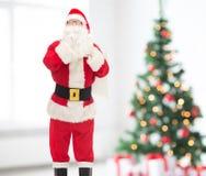 Uomo in costume del Babbo Natale con la borsa Fotografia Stock Libera da Diritti