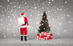 Uomo in costume del Babbo Natale con la borsa Fotografia Stock
