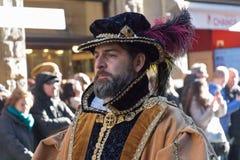 Uomo in costume medievale alla parata tradizionale del festival medievale di Befana di epifania a Firenze, Toscana, Italia Immagini Stock Libere da Diritti
