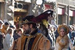 Uomo in costume medievale alla parata tradizionale del festival medievale di Befana di epifania a Firenze, Toscana, Italia Immagine Stock Libera da Diritti