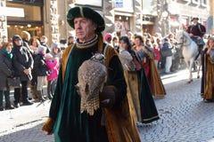 Uomo in costume medievale che tiene uccello predatore alla parata tradizionale del festival medievale di Befana di epifania a Fir Immagini Stock Libere da Diritti