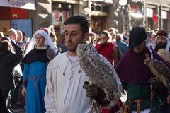 Uomo in costume medievale che tiene un gufo alla parata tradizionale del festival medievale di Befana di epifania a Firenze, Tosc Fotografia Stock Libera da Diritti