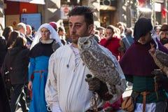 Uomo in costume medievale che tiene un gufo alla parata tradizionale del festival medievale di Befana di epifania a Firenze, Tosc Immagine Stock