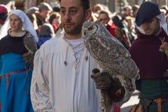 Uomo in costume medievale che tiene un gufo alla parata tradizionale del festival medievale di Befana di epifania a Firenze, Tosc Fotografia Stock