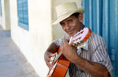 Uomo cubano che gioca chitarra Fotografia Stock Libera da Diritti