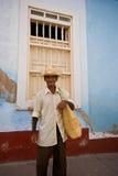 Uomo cubano nel cappello di paglia ed in borsa, Trinidad, Cuba Immagine Stock