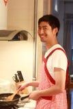 Uomo in cucina Immagini Stock Libere da Diritti