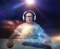 Uomo in cuffia avricolare che gioca il video gioco del computer Fotografia Stock Libera da Diritti