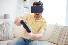 Uomo in cuffia avricolare di realtà virtuale con il regolatore Fotografie Stock