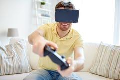 Uomo in cuffia avricolare di realtà virtuale con il regolatore Immagini Stock