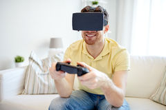Uomo in cuffia avricolare di realtà virtuale con il regolatore Immagine Stock Libera da Diritti