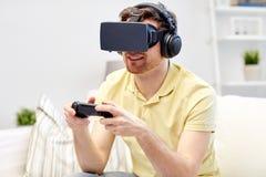 Uomo in cuffia avricolare di realtà virtuale con il regolatore Immagini Stock Libere da Diritti
