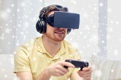 Uomo in cuffia avricolare di realtà virtuale con il regolatore Fotografie Stock Libere da Diritti