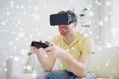 Uomo in cuffia avricolare di realtà virtuale con il regolatore Immagine Stock