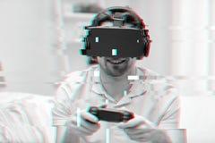 Uomo in cuffia avricolare di realtà virtuale con il regolatore Fotografia Stock