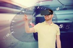 Uomo in cuffia avricolare di realtà virtuale e videogioco di guida dell'automobile Fotografia Stock