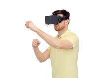 Uomo in cuffia avricolare di realtà virtuale o vetri 3d Fotografie Stock