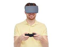 Uomo in cuffia avricolare di realtà virtuale o vetri 3d Fotografie Stock Libere da Diritti