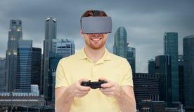 Uomo in cuffia avricolare di realtà virtuale o vetri 3d Immagine Stock Libera da Diritti