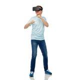 Uomo in cuffia avricolare di realtà virtuale o vetri 3d Immagini Stock Libere da Diritti