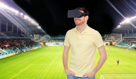 Uomo in cuffia avricolare di realtà virtuale sopra il campo di football americano Fotografia Stock Libera da Diritti