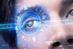 Uomo cyber con l'occhio technolgy che esamina iride blu Fotografie Stock Libere da Diritti