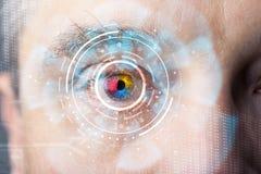 Uomo cyber moderno futuristico con il pannello dell'occhio dello schermo di tecnologia Fotografia Stock Libera da Diritti