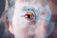 Uomo cyber moderno futuristico con il pannello dell'occhio dello schermo di tecnologia immagine stock libera da diritti