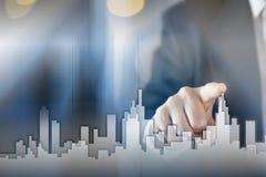 Uomo d'affari Activate Growth Process, scegliente casa, concetto della città del bene immobile Stampaggio a mano dell'orizzonte l fotografie stock