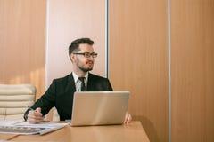 Uomo d'affari ad una battitura a macchina dell'area di lavoro Immagini Stock