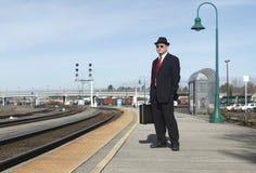 Uomo d'affari ad una stazione ferroviaria Immagini Stock Libere da Diritti
