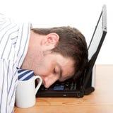 Uomo d'affari addormentato al suo calcolatore Fotografia Stock