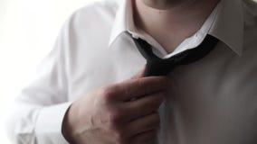 Uomo d'affari Adjust Necktie il suo vestito Giovane uomo di affari che ripara il suo legame Frammento del primo piano di un uomo  video d archivio