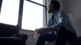 Uomo d'affari adulto depresso che ritiene triste dopo l'infornamento stock footage