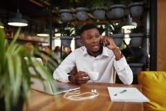 Uomo d'affari africano che discute conversazione al telefono di chiamata Fotografia Stock