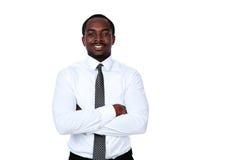 Uomo d'affari africano con le armi piegate Immagini Stock Libere da Diritti