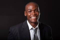 Uomo d'affari africano sul nero Immagine Stock