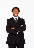Uomo d'affari afro-american sorridente con le braccia piegate Fotografia Stock