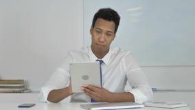 Uomo d'affari afroamericano Browsing Internet sulla compressa video d archivio