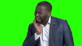 Uomo d'affari afroamericano che soffre dal dolore del dente stock footage