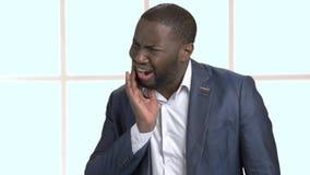 Uomo d'affari afroamericano che soffre dal mal di denti video d archivio