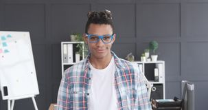 Uomo d'affari afroamericano che sorride all'ufficio stock footage