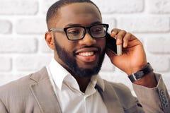 Uomo d'affari afroamericano con l'aggeggio Immagini Stock