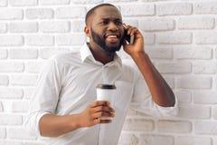 Uomo d'affari afroamericano con l'aggeggio Fotografia Stock