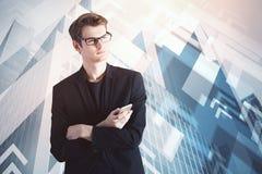 Uomo d'affari al fondo della città Fotografie Stock