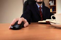 Uomo d'affari all'ufficio che funziona nel suo luogo di lavoro Immagine Stock Libera da Diritti