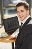 Uomo d'affari alla caffetteria fotografie stock libere da diritti