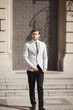 Uomo d'affari alla moda che cammina all'aperto e che distoglie lo sguardo Immagine Stock Libera da Diritti